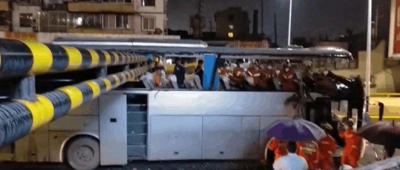"""突发!大巴车在桂林撞上限高架被""""削顶"""" 现场一片狼藉"""