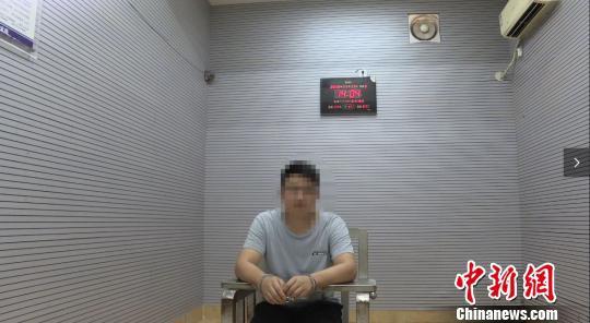 警方审讯嫌疑人。 供方供图