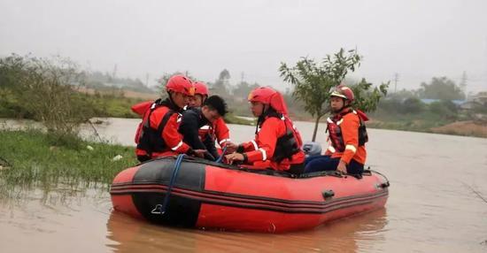 ↑给被困人员穿戴好救生衣转移到橡皮艇上