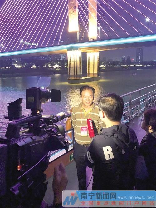 中央媒体采访团记者接受本地媒体采访。记者叶子榕 摄