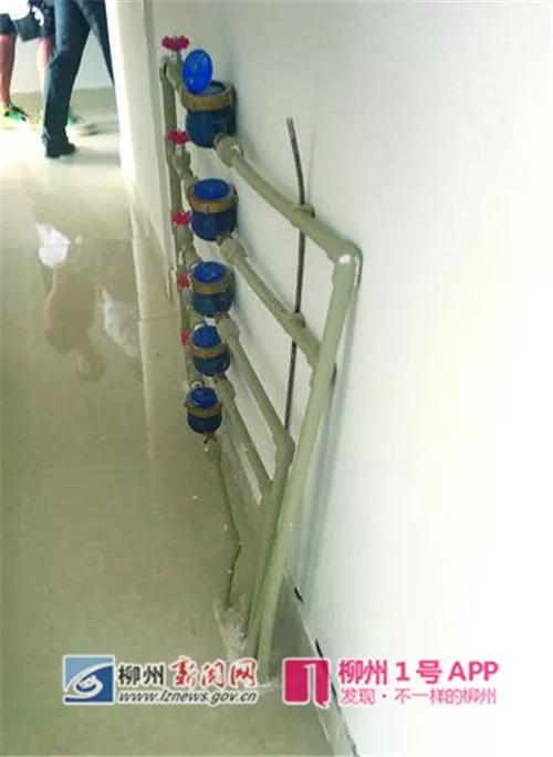 过道上安装一排水表