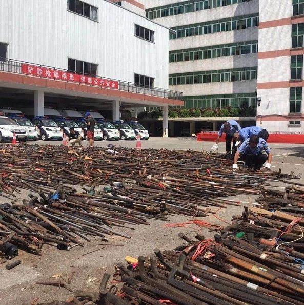 场面震撼!柳州警方集中销毁上万支非法枪支
