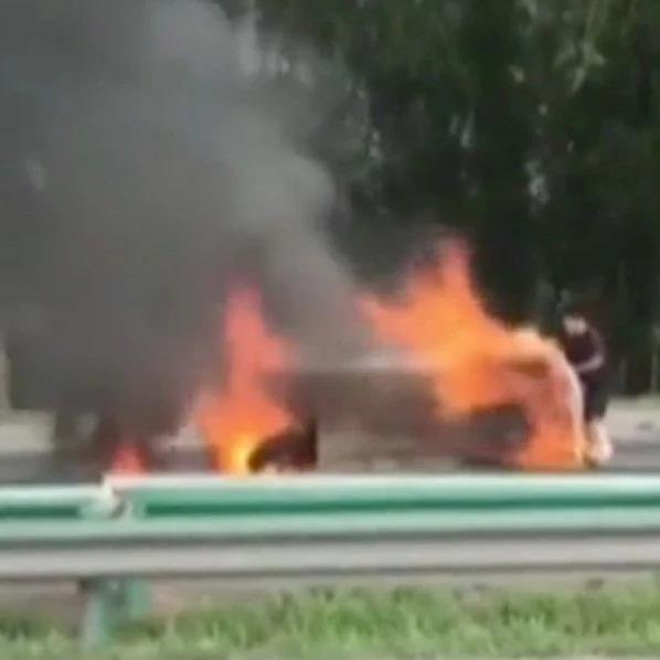 三轮车侧翻起火 两人被困其中…幸好他们及时相助