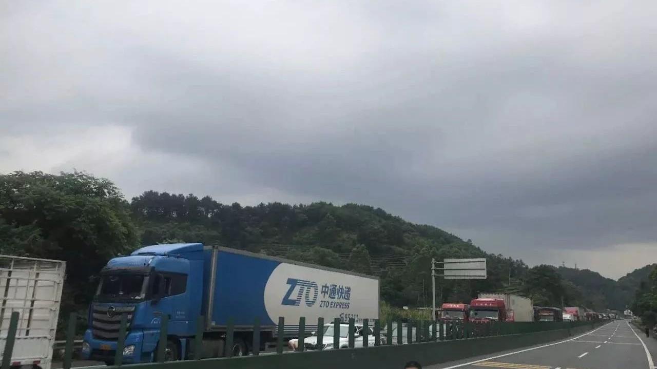 泉南高速两货车追尾有易燃品泄漏!双向交通已中断