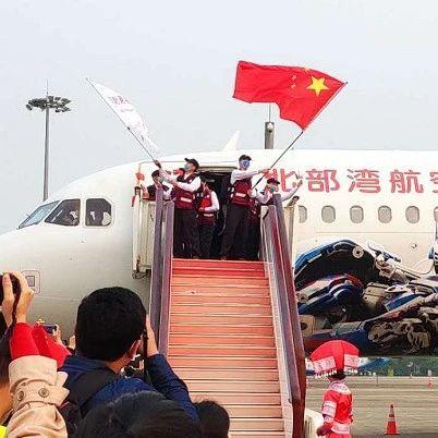 广西7名老表回家!中国赴柬埔寨抗疫医疗专家组回国