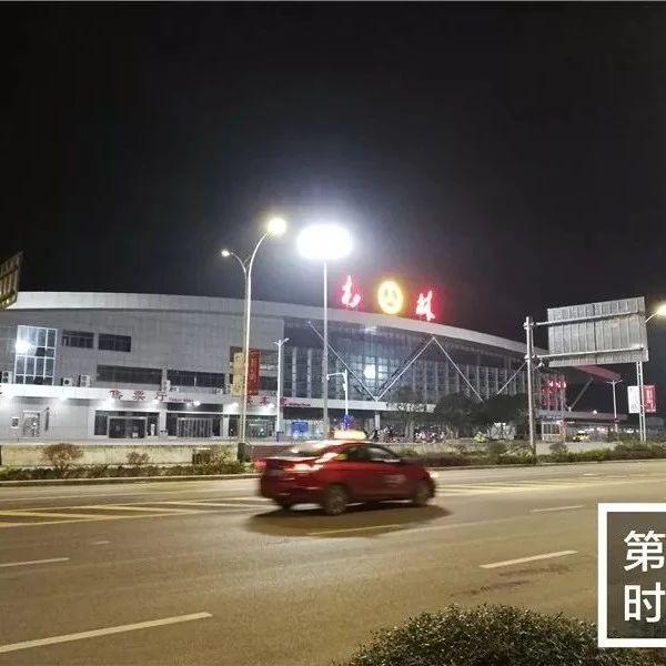 这条路的路灯亮起来 进出桂林汽车南站方便多了