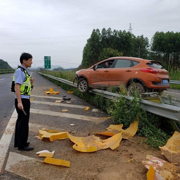 吓人!贺州一男子高速路上疲劳驾驶 车子飞上防护栏