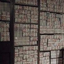 """广西惊现""""现金墙"""" 破烂民房里竟抠出几百万元赃款"""