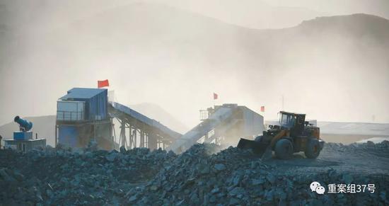 ▲1月23日,内蒙古自治区乌拉特中旗的嵘储莫圪内选矿厂,被厚厚的粉尘笼罩,厂区内降尘的雾炮机被搁置一旁,没有使用,随风飘散的矿粉污染了周边草场。 新京报记者 游天燚 摄