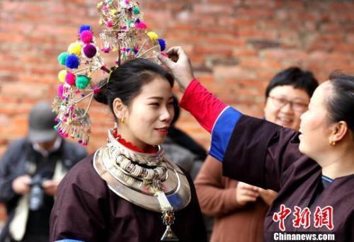 侗族姑娘在打扮准备送新娘回门。 吴练勋 摄