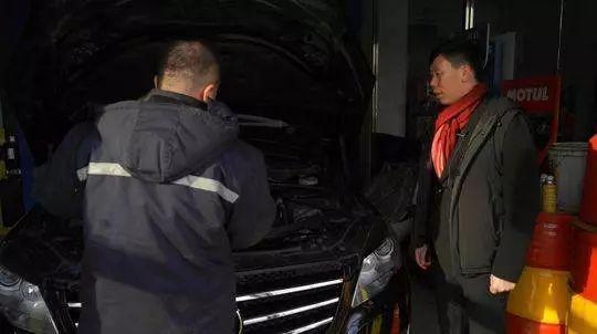 长途行车前,李军把车开到汽修店做保养