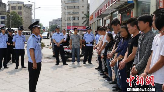 广西防城港警方突查售楼部 抓获涉传人员350人