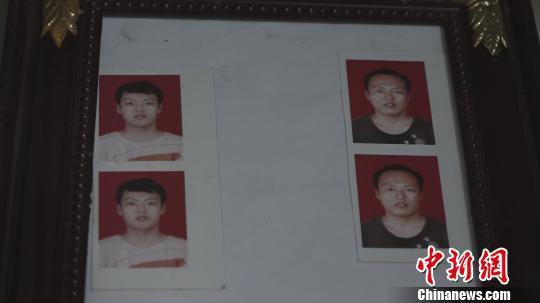 家中只剩下儿子十八岁时的证件照。 王惠琳 摄