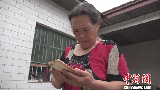 刘新连坦言,自己手机里并未留存孩子的照片。 王惠琳 摄