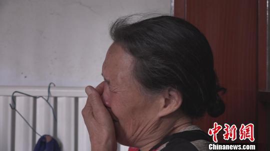 """失去儿子的照片,意味着真正的""""永别""""。 王惠琳 摄"""