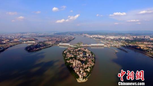 长洲枢纽船闸年货运量突破1.32亿吨 通讯员供图 摄