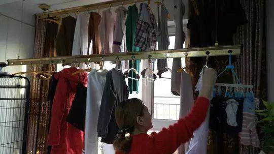 出发前,李军的妻子在收拾一家人的衣物