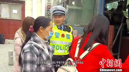 民警将5名乘客送至田阳县城西客运站搭乘客车前往百色市区。 黄海彬 摄