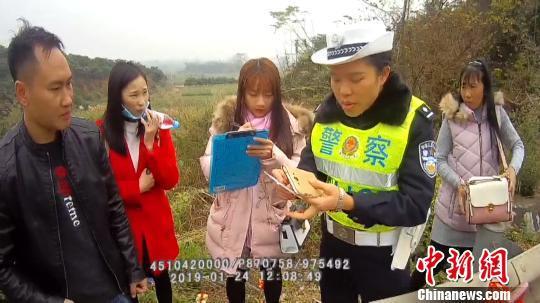 民警接到报警后前往现场救援。 黄海彬 摄