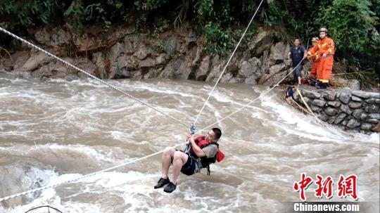 图为救援人员在渡河。 蒋森彪 摄