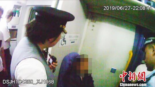 列车员劝说下,杨某某也不愿让座。 乌鲁木齐铁路公安处宣传教育室供图