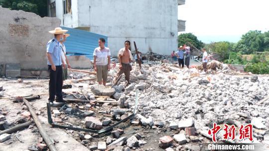 当地政府组织应急、公安、消防、卫健等部门前往处置。 钟欣 摄