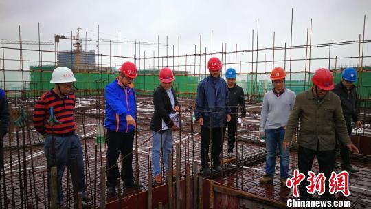 图为广西住建部门开展安全生产检查。资料图