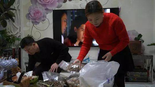 回家前,夫妻俩在清点给老家亲戚买的东北特产榛子
