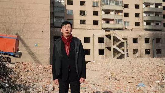 李军在公司的工地上,22年前他刚到东北,便是从干苦力拆楼做起