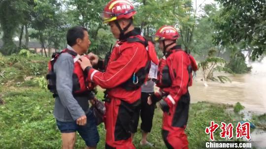 桂林资源县消防指战员在洪水中营救被困人员。 黄彬彬 摄