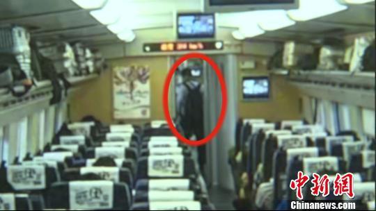 嫌疑人作案后从车厢洗手间走出。 供方供图