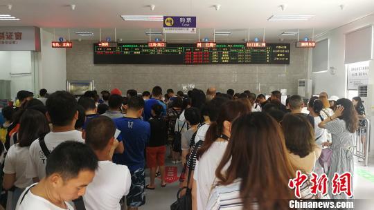 游客在售票大厅排队 翟李强 摄