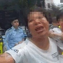 桂林违法女子撒泼!辱骂民警、还将女儿扔民警身上