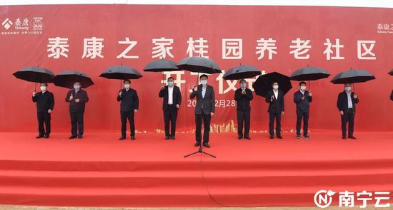 自治区党委常委、市委书记王小东宣布泰康之家桂园养老社区项目开工。记者 陈麒元 摄