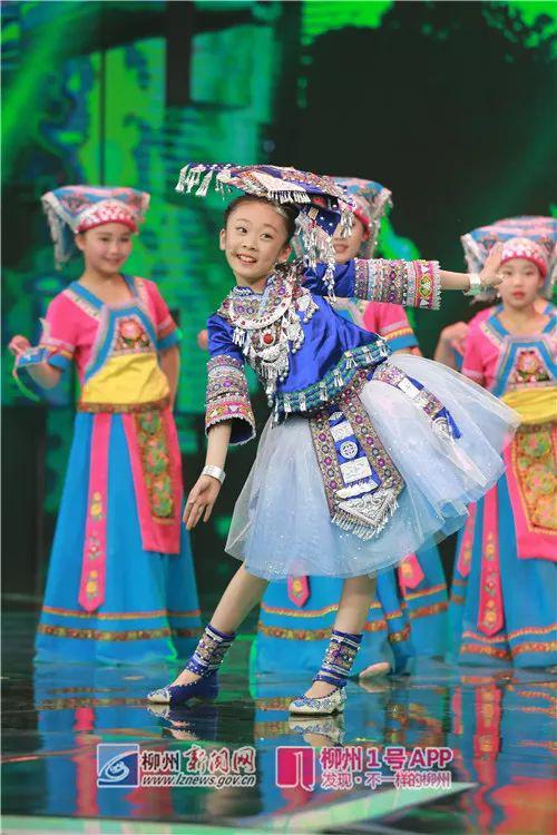 温佳棋身着壮族服饰,表演刘三姐经典歌曲(资料图)