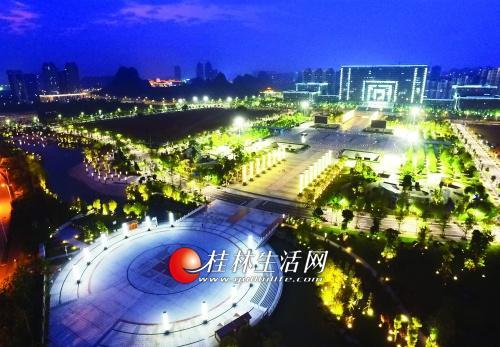 傍晚时分,临桂新区华灯初上,市民广场呈现美丽夜景。记者李凯 摄