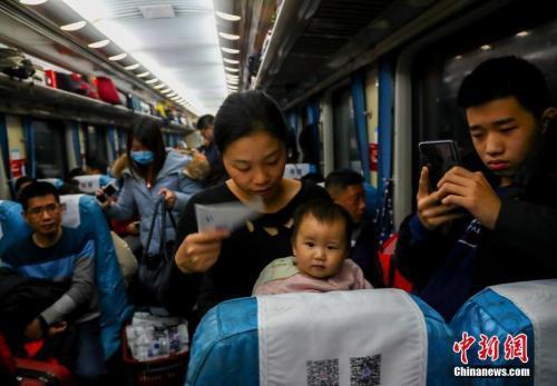 2019年春节,不少人踏上回乡之路。中新社记者 张畅 摄