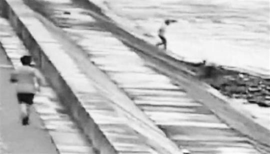 小伙子发现4个孩子被潮水卷走,火速跑下江堤。