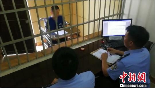 图为警方对涉嫌组织、领导传销犯罪活动的唐某进行审讯。警方供图