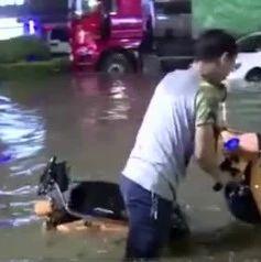 13岁小暖男担心行人暴雨中出意外 水中站岗4个小时