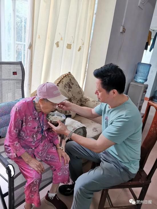 感动!贺州这名男子携85岁母亲行于扶贫路上