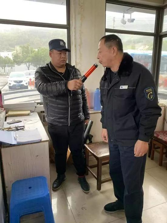 公交司机到岗前的酒精测试。浙江新闻 图