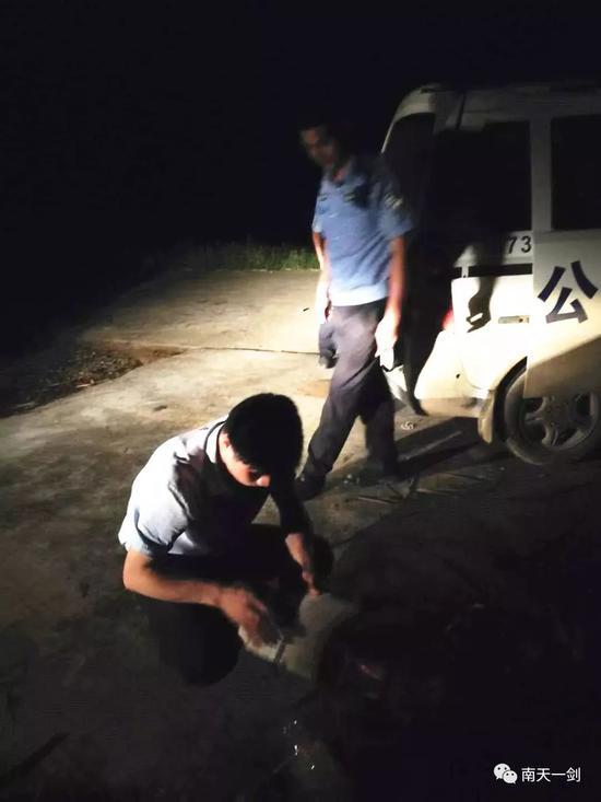 ▲ 图为当地居民自发为民警送来面条、米粥、矿泉水和鸡蛋