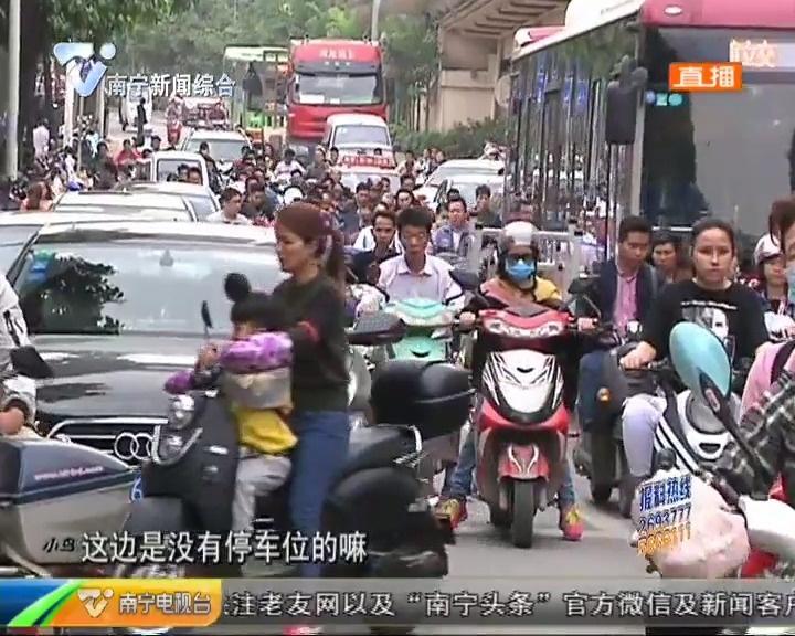 """南宁:市政道路变""""停车场"""" 菜市门口路难行"""