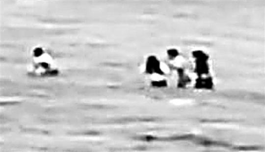 他奋力将孩子们一个一个救上岸。