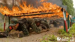 特战队员正在通过火网(闭建辉 摄)