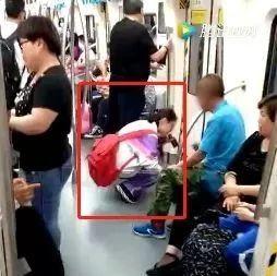 地铁里竟有人剥蒜!小女孩一个无声举动引发无数赞叹