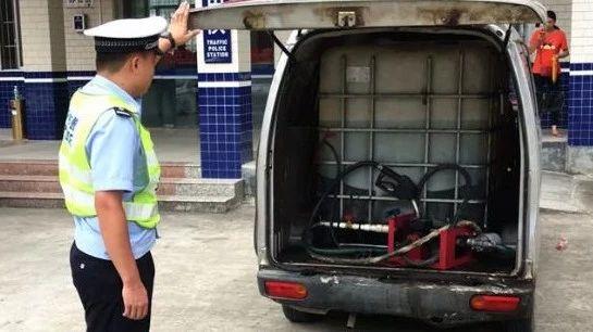 严查!面包车非法改成加油车 油枪、计价器一应俱全