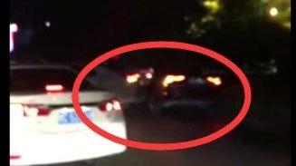 好险!桂林酒驾男街头疯狂倒车撞车 终被刑拘(视频)