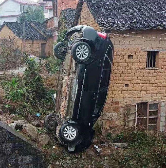 """什么操作?桂林一小车在路边垂直倒立耍""""杂技"""""""